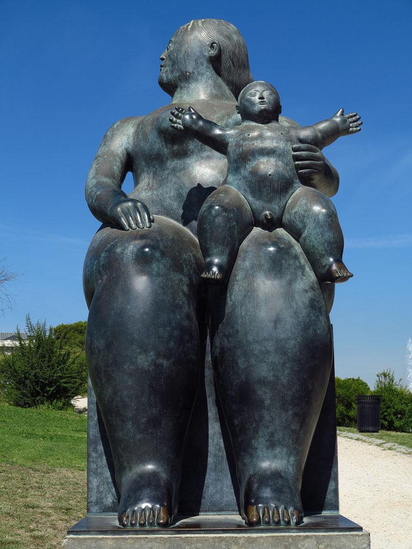 """Skulptur Mutter mit Kind (""""Maternidade"""") von 1999 im Park Eduardo VII"""