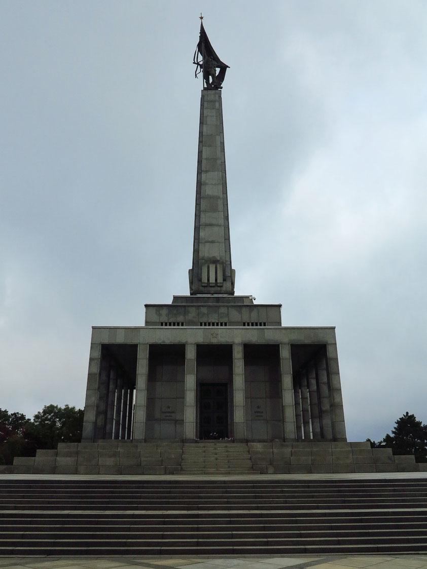 Zentrale Ehrenhalle des Slavín-Kriegerdenkmals, gebaut zu Ehren der Sowjetsoldaten, die im Verlaufe des Zweiten Weltkriegs bei der Eroberung der Stadt Bratislava im April 1945 ihr Leben ließen. Statue eines siegreichen Sowjetsoldaten auf dem Obelisk