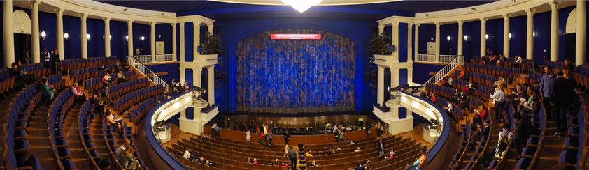 Stanislawski-und-Nemirowitsch-Danschenko-Musiktheater. Panoramaaufnahme aus zwei Fotos