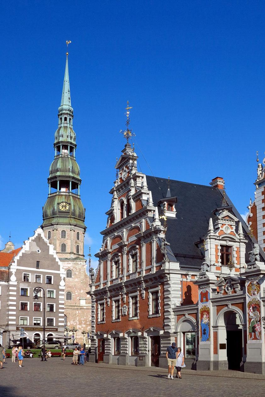 Riga, Rathausplatz mit Schwarzhäupterhaus (rechts) und Blick auf die Petrikirche mit ihrem 133 m hohen Turm