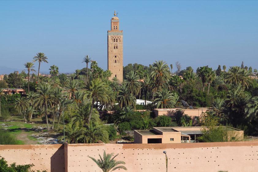 Blick vom Dachgarten des Hotels The Pearl Marrakech auf den Parc Lalla Hasna und das Minarett der Koutoubia-Moschee