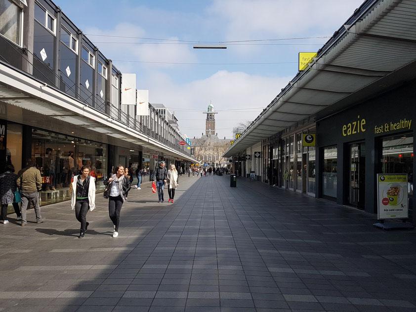 Fußgängerpassage Korte Lijnbaan mit Blick auf das Stadthuis