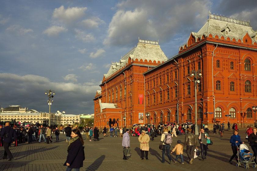Rotes Backsteingemäuer der einstigen Stadtduma (heute Kriegsmuseum von 1812), links im Hintergrund das Luxushotel Metropol