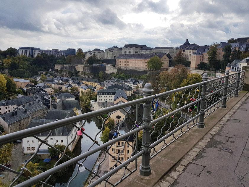 Luxemburg, Blick nach Süden auf den Stadtteil Grund mit dem Fluss Alzette
