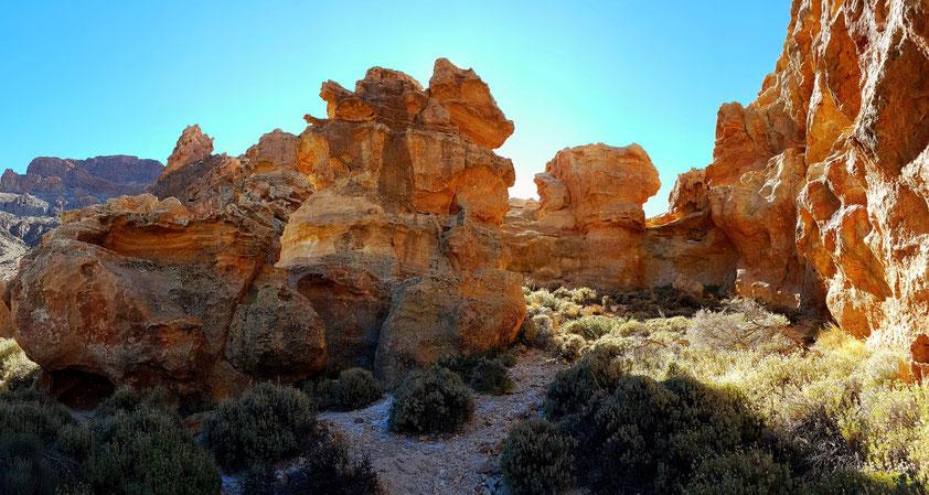 Panoramaaufnahme der ockerfarbenen Felsen