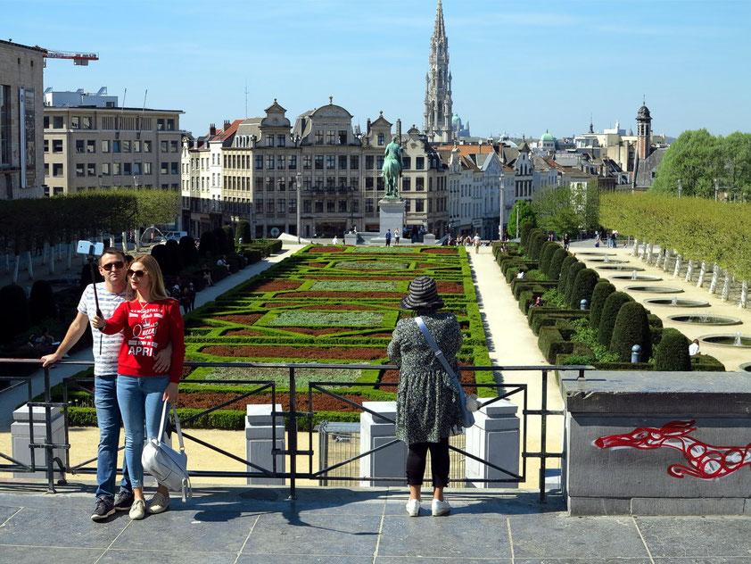 Brüssel, Blick auf den Park Mont des Arts, im Hintergrund der Rathausturm