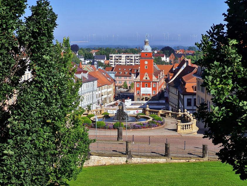 Gotha, Blick vom Schlossberg über die Wasserkunst auf den oberen Hauptmarkt mit dem alten Rathaus