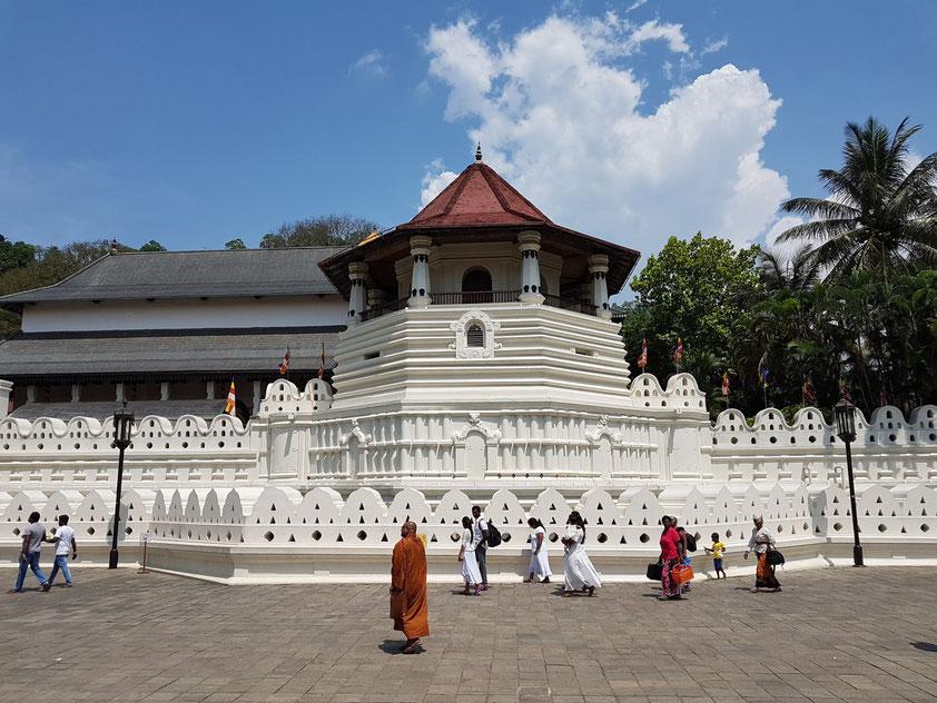 Außenansicht des Zahntempels in Kandy, in dem gemäß der Überlieferung der linke Eckzahn des historischen Buddha Siddhartha Gautama als Reliquie aufbewahrt wird.