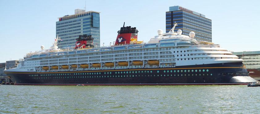 Kreuzfahrtschiff Disney Magic (294 m Länge, 3600 Passagiere, 945 Personen Besatzung), Amsterdam City Centre, Veemkade am 25.5.2017