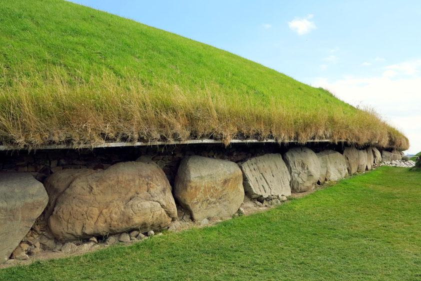 Knowth. Teilansicht des Haupthügels der Megalithanlage. Der ovale Hügel hat einen Durchmesser von 80 m bzw. 95 m (275 m Umfang) und ist fast 10 m hoch.