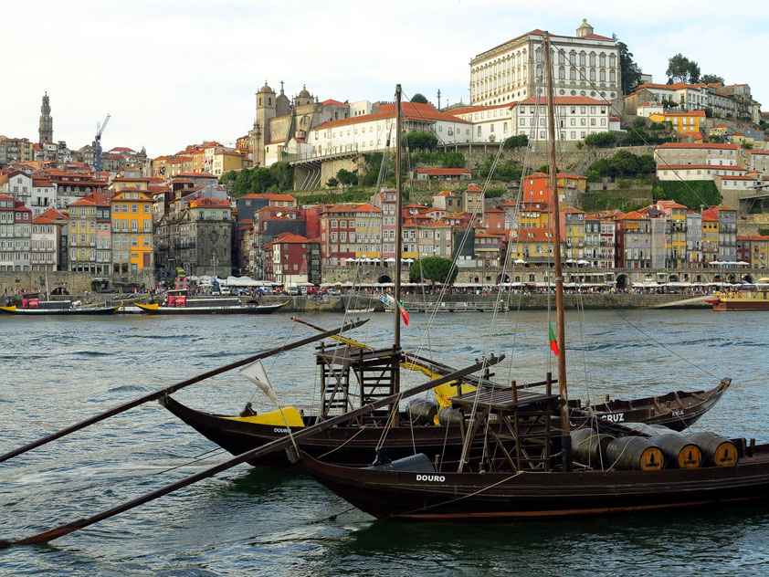 Blick von Vila Nova de Gaia nach Porto mit der Kathedrale von Porto (Sé do Porto); im Vordergrund alte Barken für den Transport des Douro-Weines