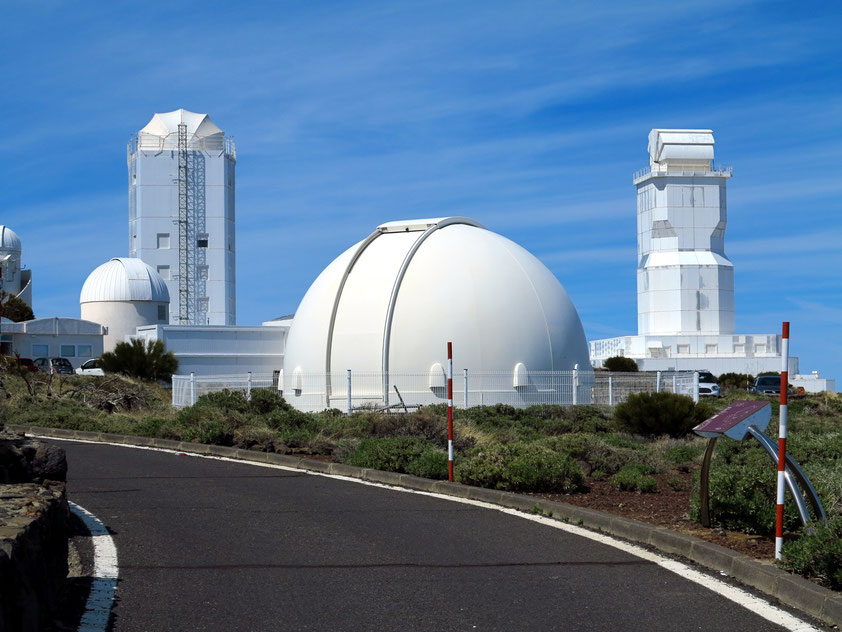 Observatorio del Teide. Sonnenteleskop GREGOR (links) und Vakuum-Turm-Teleskop (VTT) (rechts)