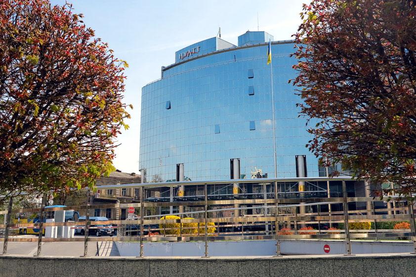 Das 5Sterne Hyatt Regency Hotel mit moderner Glasfassade in der Alla Tarasova Street, zwischen Sophienkathedrale und Michaelskloster