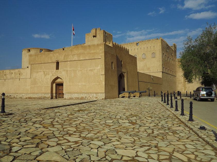 Schloss Jabreen mit reichen Verzierungen. Das Schloss wurde 1670 von Sultan bin Saif al-Ya'arubi ursprünglich als Wohnschloss konstruiert und genutzt.