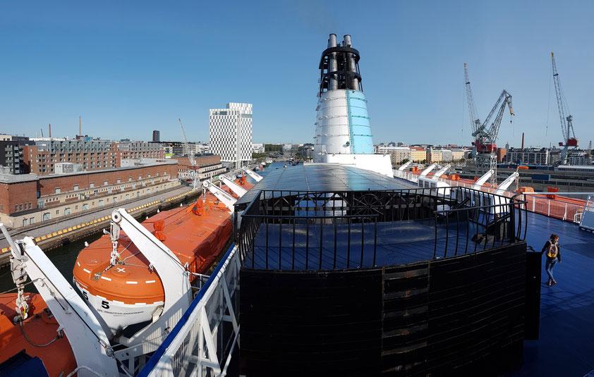 Einfahrt der MS Princess Anastasia in den Westhafen von Helsinki, im Hintergrund das Hotel Clarion