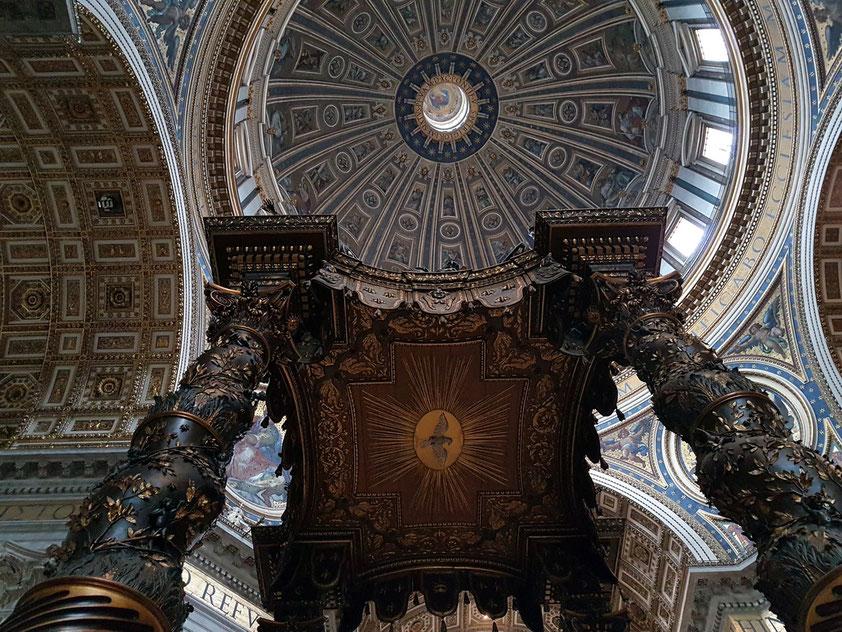Petersdom, Blick in das Innere der Hauptkuppel und Berninis Ziborium