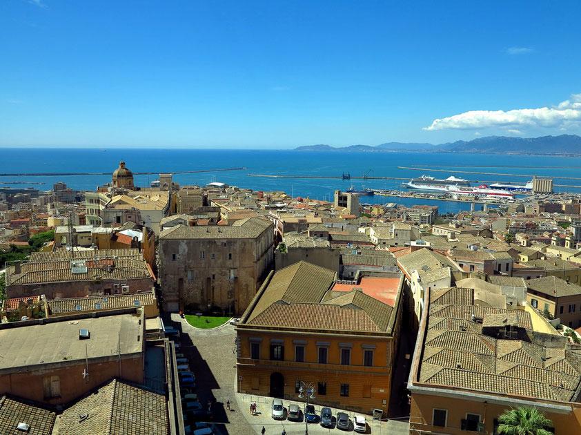 Blick vom Torre di San Pacrazio auf die Altstadt Castello und auf den Golf von Cagliari