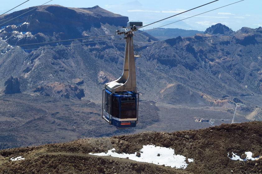 Seilbahn zum Pico del Teide, im Hintergrund links die Montana de Guajara, 2 718 m