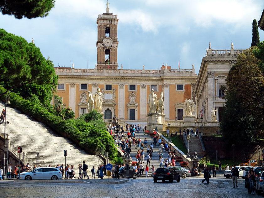 Die sogenannte Cordonata (Freitreppe, von Michelangelo im 16. Jh. entworfen), die Dioskuren und der Palast der Senatoren