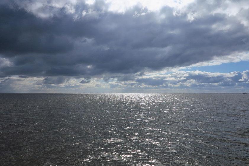 Am Morgen im Watt von Schiermonnikoog: Fahrt durch die Fahrrinne bei Hochwasser