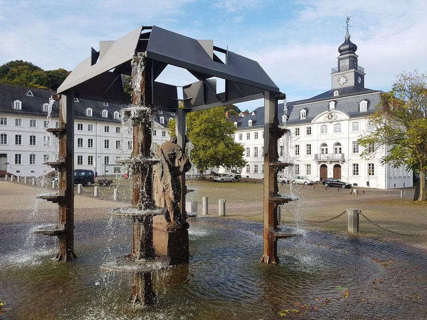Schlossplatz mit Brunnenanlage. Altes Rathaus von Saarbrücken (rechts)