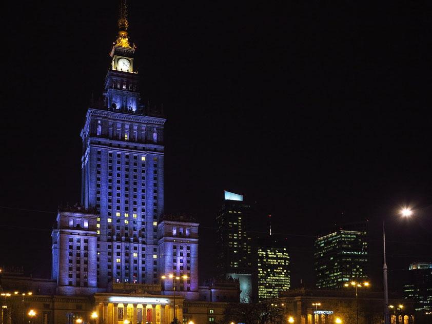 Warschau bei Nacht: Kulturpalast und moderne Wolkenkratzer