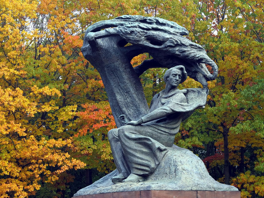 Fryderyk-Chopin-Denkmal im Łazienki-Park. Es stellt den Komponisten unter einer vom Wind gebeugten masowischen Weide dar.