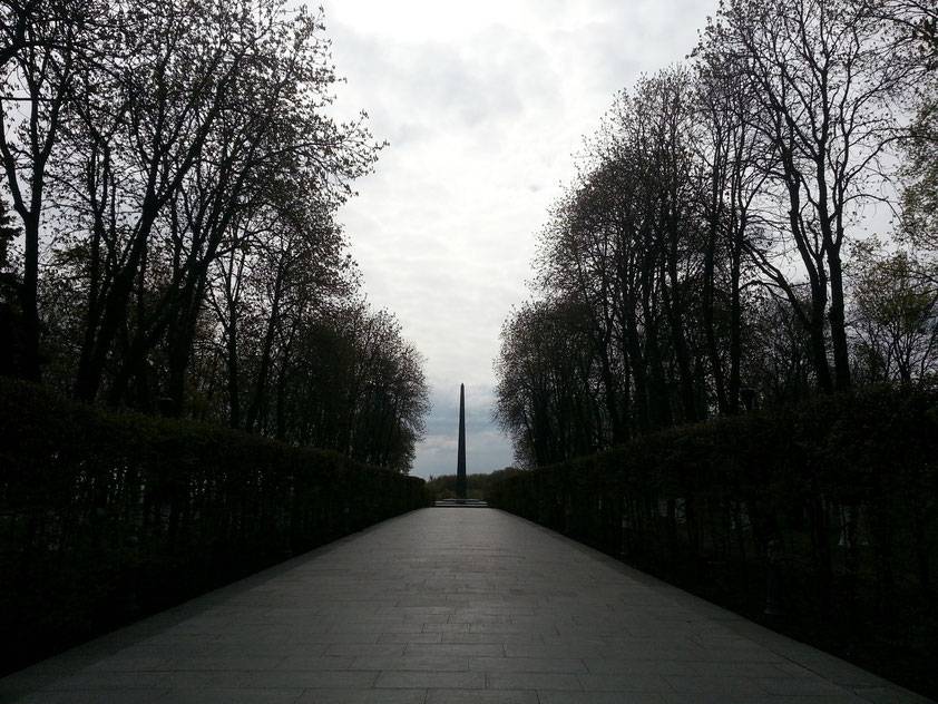 Eingang vom Slavy-Platz zu den Gedenkstätten im Park. Stele und ewiges Feuer