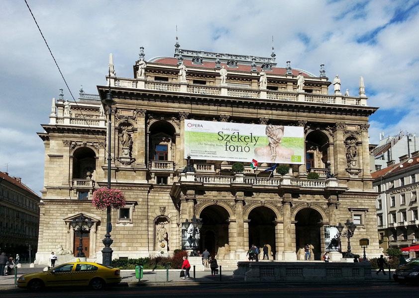 Opernhaus der Ungarischen Staatsoper, zwischen 1875 und 1884 errichtet. Ankündigung des Singspiels Székely fonó (Die Spinnstube) von Z. Kodály