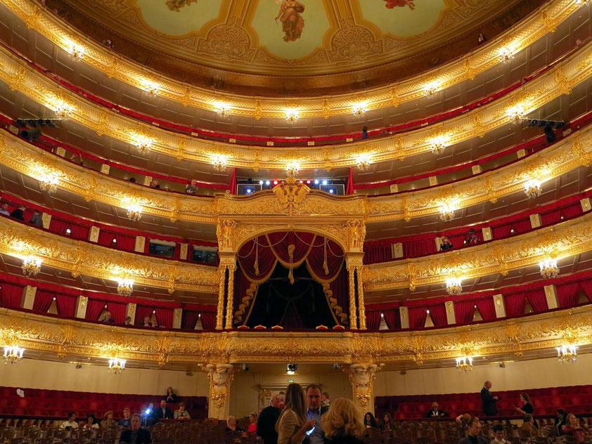 Bolshoi-Theater, Blick von der Bühne in den Zuschauerraum, Parkett und Ränge mit Loge
