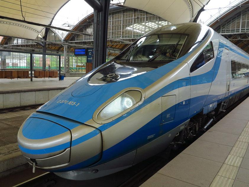 Auf dem Bahnsteig des Hbf Breslau: Hochgeschwindigkeitszug nach Warschau