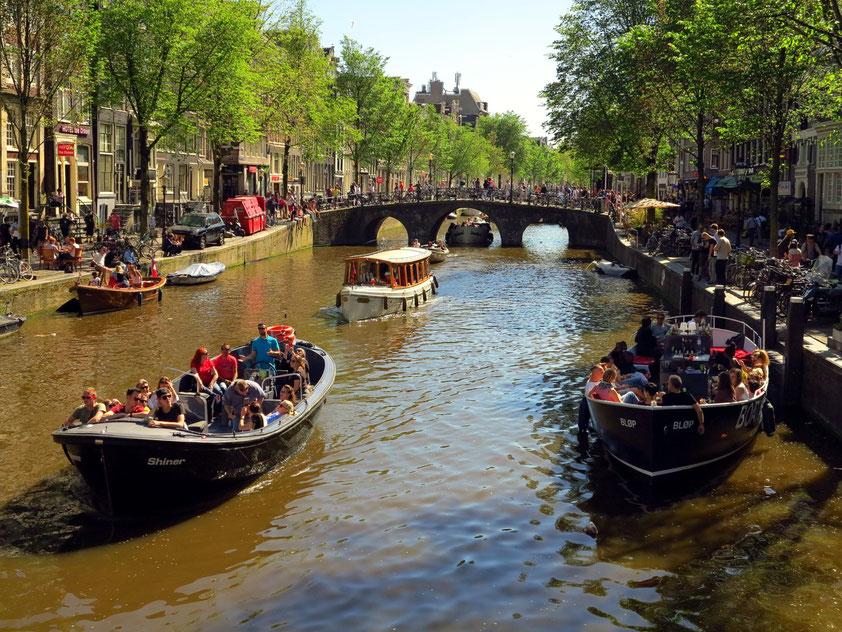 Altstadt von Amsterdam. Blick von der Armbrug nach SSW zur Brücke Korte Niezel (25.5.2017, Himmelfahrtstag)