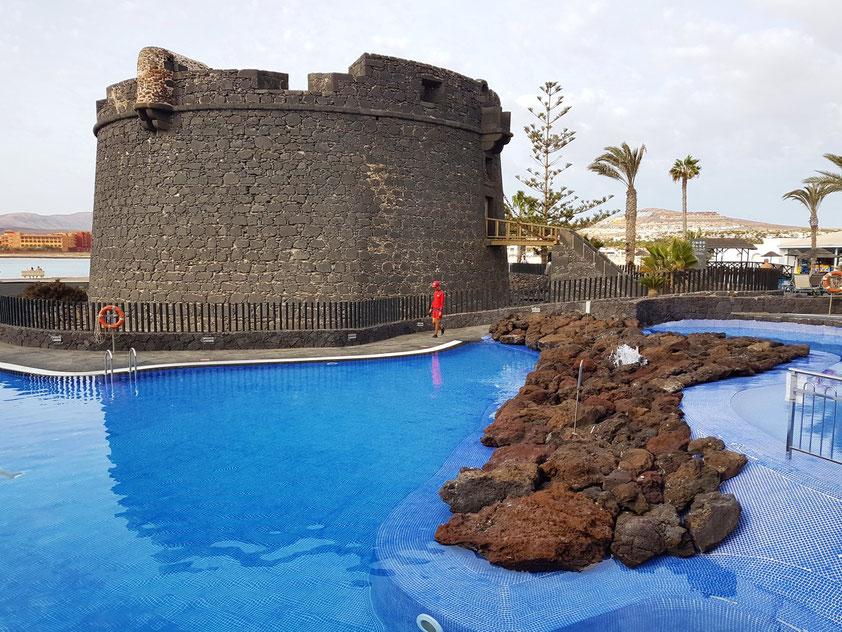 Castillo Caleta de Fuste, Castillo de San Buenaventura. Der früher isoliert liegende Wehrturm wurde in die Schwimmanlage des Feriendorfes einbezogen.