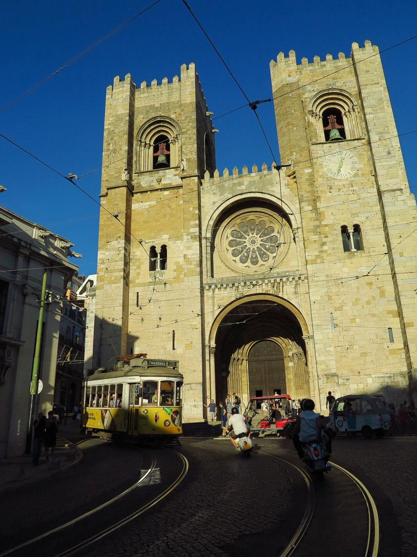 Kathedrale von Lissabon (Sé de Lisboa), im Jahr 1380 wurde die westliche Fassade im Stil der Romanik errichtet.