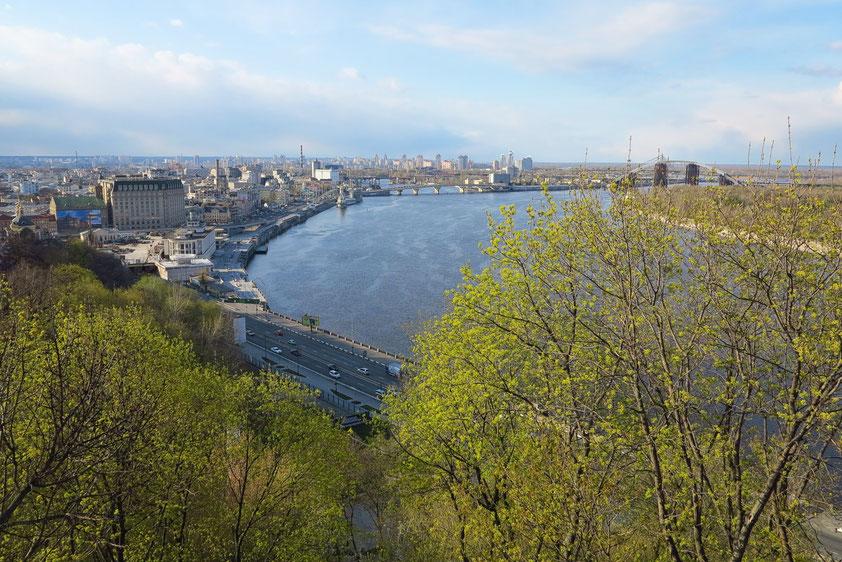Blick von Aussichtspunkt im Chreschtschatyj-Park auf den Fluss Dnepr (ukrainisch: Dnipro)