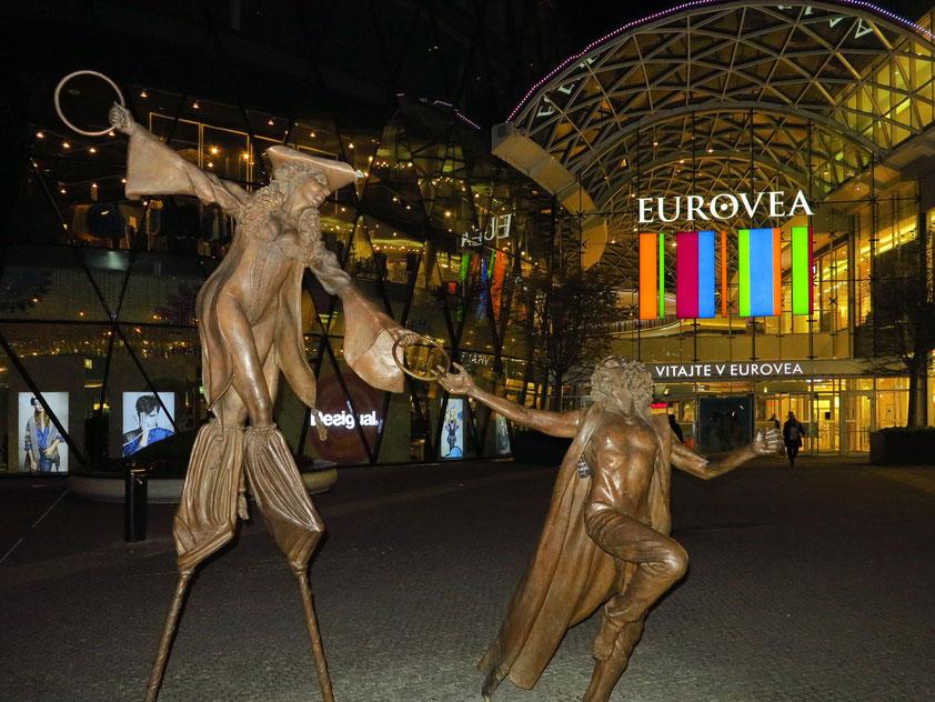 Figurengruppe vor dem Westeingang des Einkaufszentrums EUROVEA