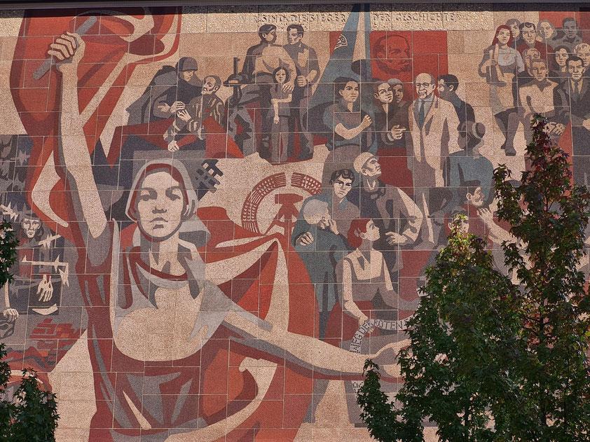 """Wandbild (Ausschnitt) an der Westseite des Kulturpalastes: """"Der Weg der roten Fahne"""", 1969. Farbglas auf Betonplatten, die elektrostatisch beschichtet wurden"""