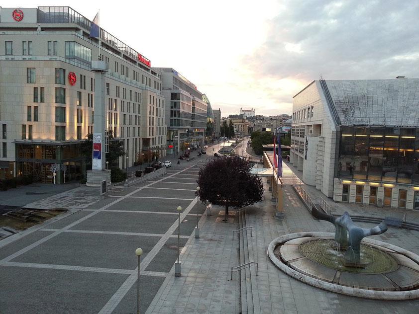 Blick aus dem Neuen Slowakischen Nationaltheater Bratislava nach Westen auf die Straße Pribinova, links Hotel Sheraton und Einkaufszentrum EUROVEA