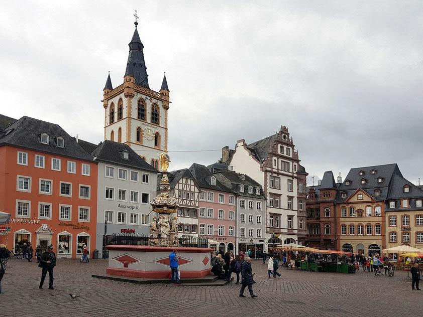 Trier. Hauptmarkt im historischen Stadtkern, mit Petrusbrunnen und Kirche St. Gangolf