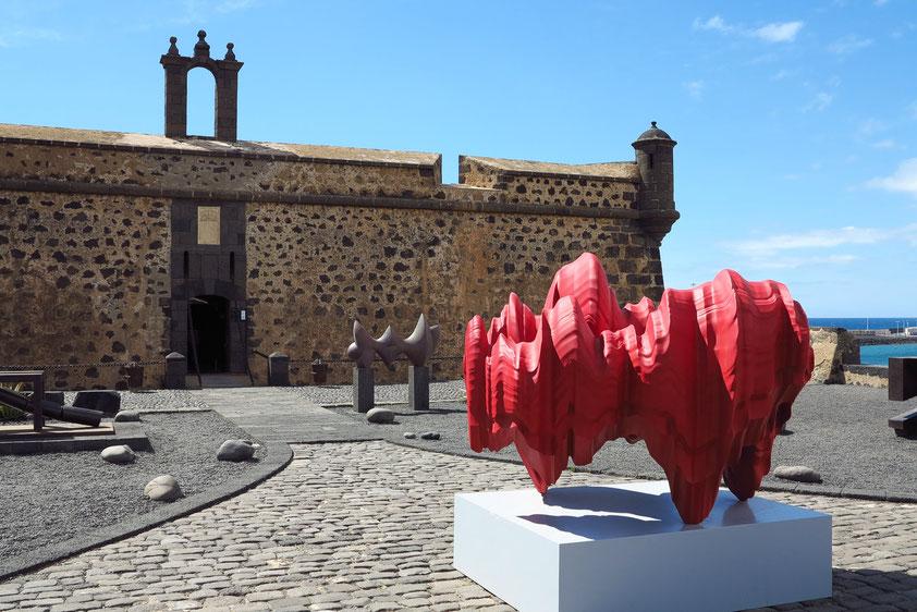 Castillo de San José von 1779 mit dem Museo Internacional de Arte Contemporáneo, MIAC. Skulptur Discussion von Tony Cragg (tony-cragg.com)