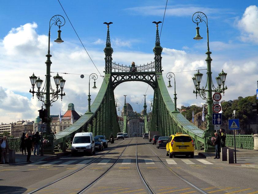 Szabadság hid, Brücke über die Donau, im Hintergrund links das Hotel Gellért mit dem Thermalbad