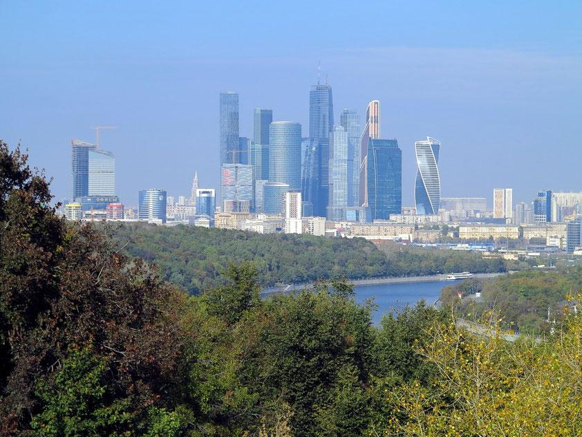 """Panoramablick von der Aussichtsplatform der Sperlingsberge auf das Moscow International Business Center """"Moscow-City"""""""