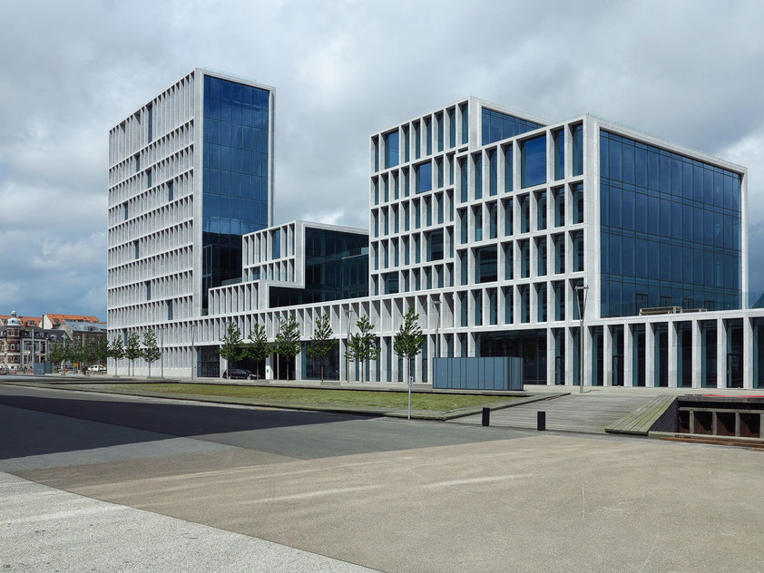 Bürogebäude neben Navitas