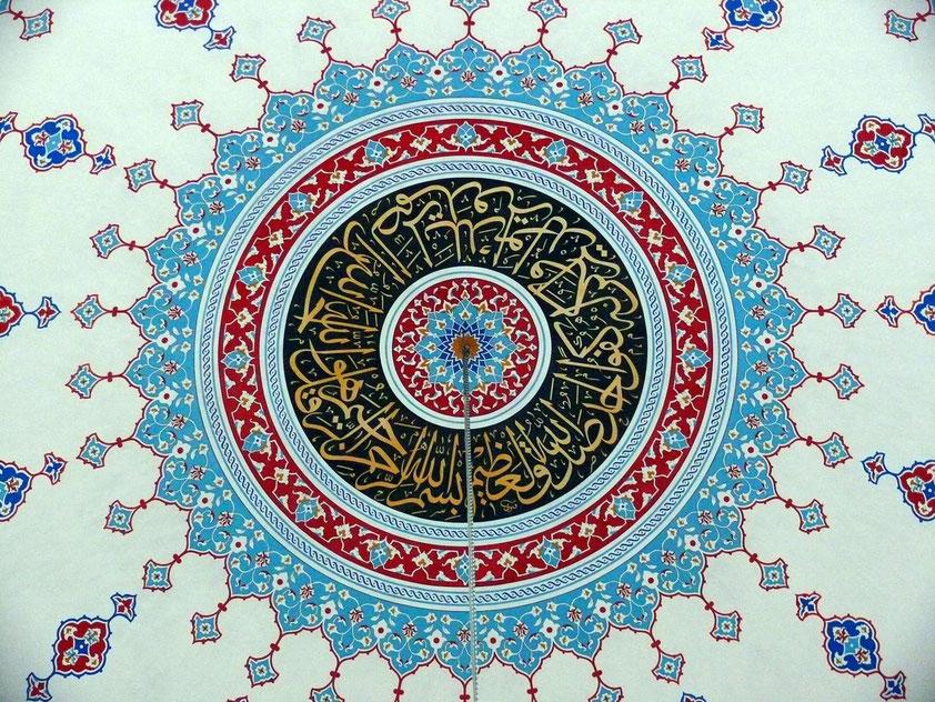 Blick in eine der Kuppeln der Külliye Moschee