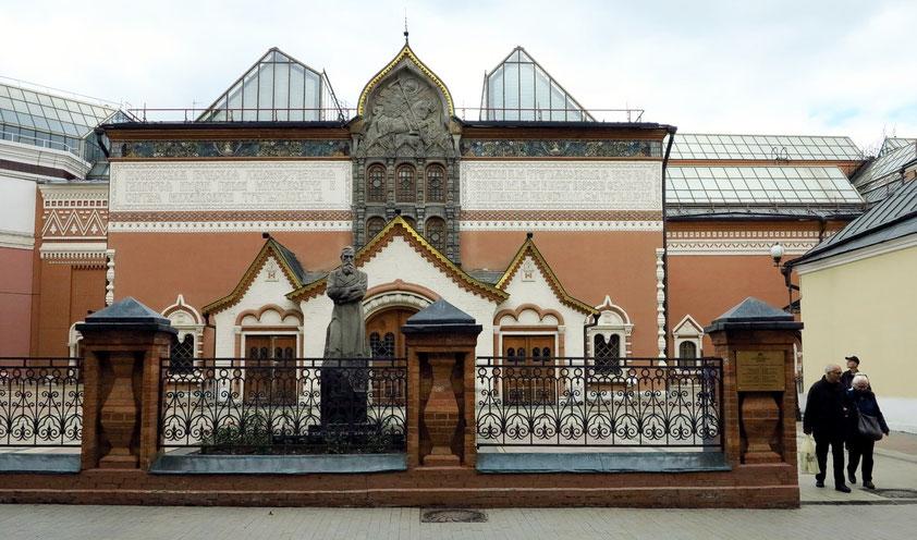 Tretjakow-Galerie. Fassadenverkleidung nach Entwurf des Malers Wiktor Wasnezow, mit Reliefdarstellung des Heiligen Georg