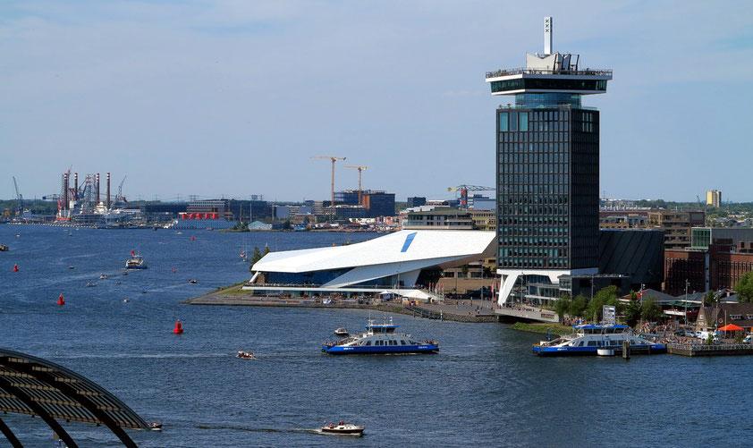 Amsterdam. Blick von der SkyLounge auf das EYE Filmmuseum am Fluss Ij; rechts der Shell-Tower mit dem A'DAM Lookout