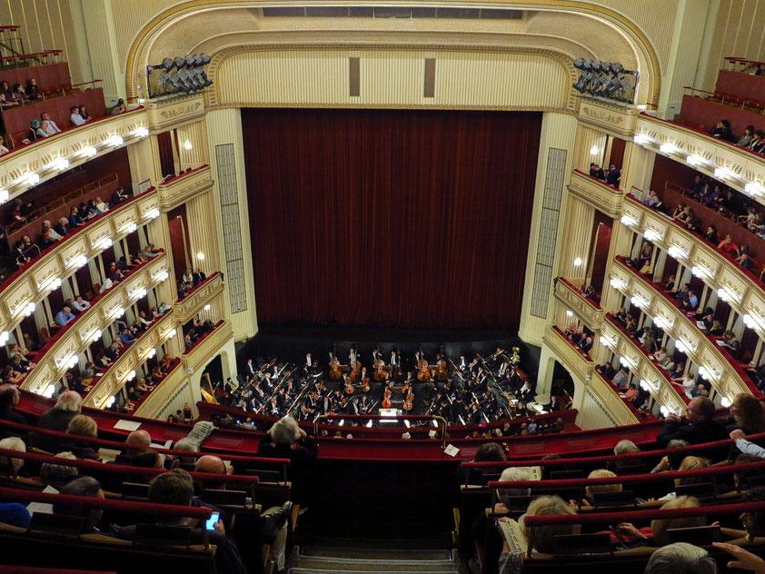 Blick vom obersten Rang auf Bühne und Orchestergraben