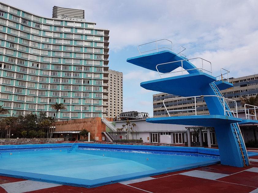 Habana Riviera Hotel von 1957 mit der Schwimmanlage (ohne Wasser) und dem Sprungturm mit drei Platformen (1973)