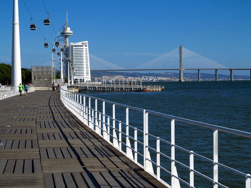 Auf der Promenade vom Oceanário zur Ponte Vasco da Gama