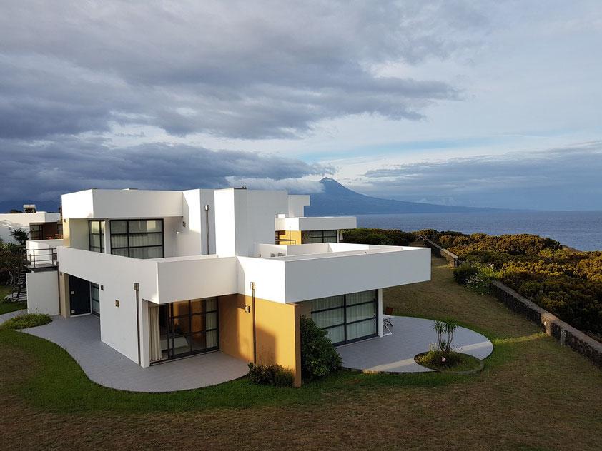 Ferienanlage Cantinho das Buganvilias, im Hintergrund der Vulkan Pico